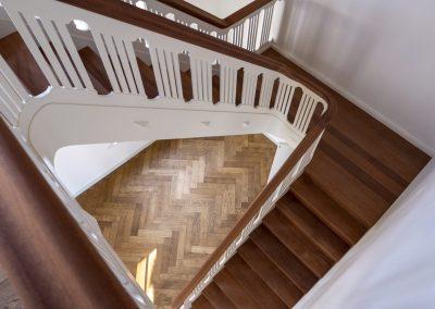 Verouderde visgraat vloer met trap
