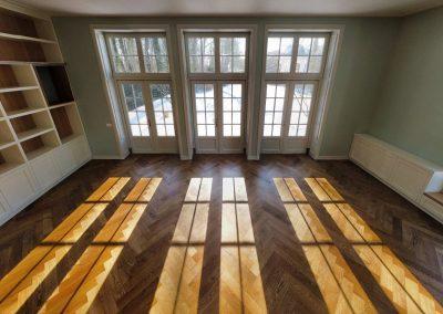 Verouderde visgraat vloer woonkamer